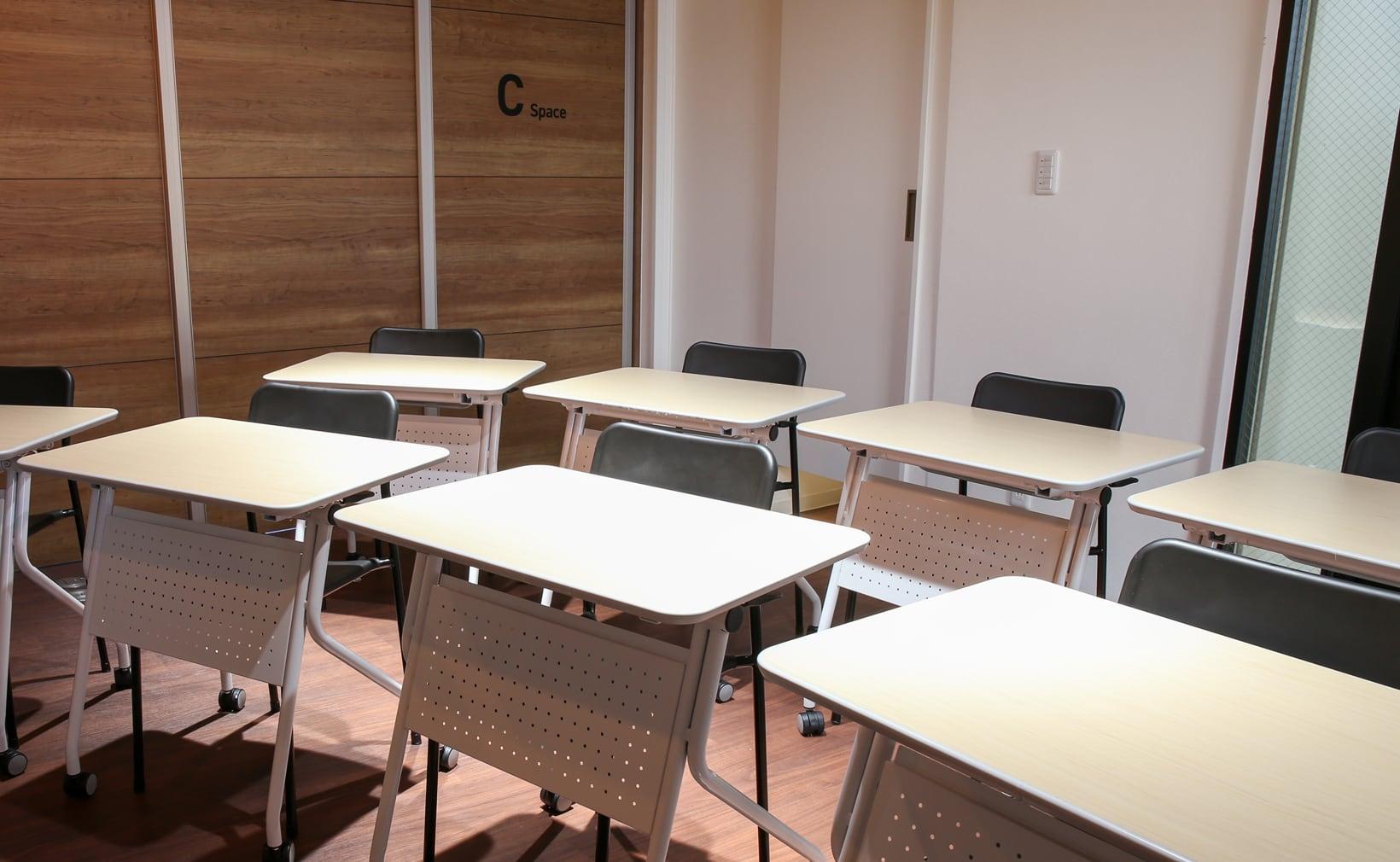 MARUCO(マルコ)貸会議室 Cスペース 机を並べたイメージ